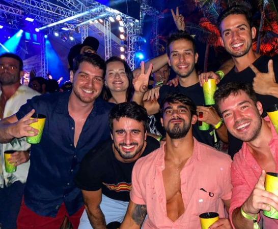 medestacio - Foto de médicos aglomerados e sem máscara em festa de ano novo causa revolta nas redes