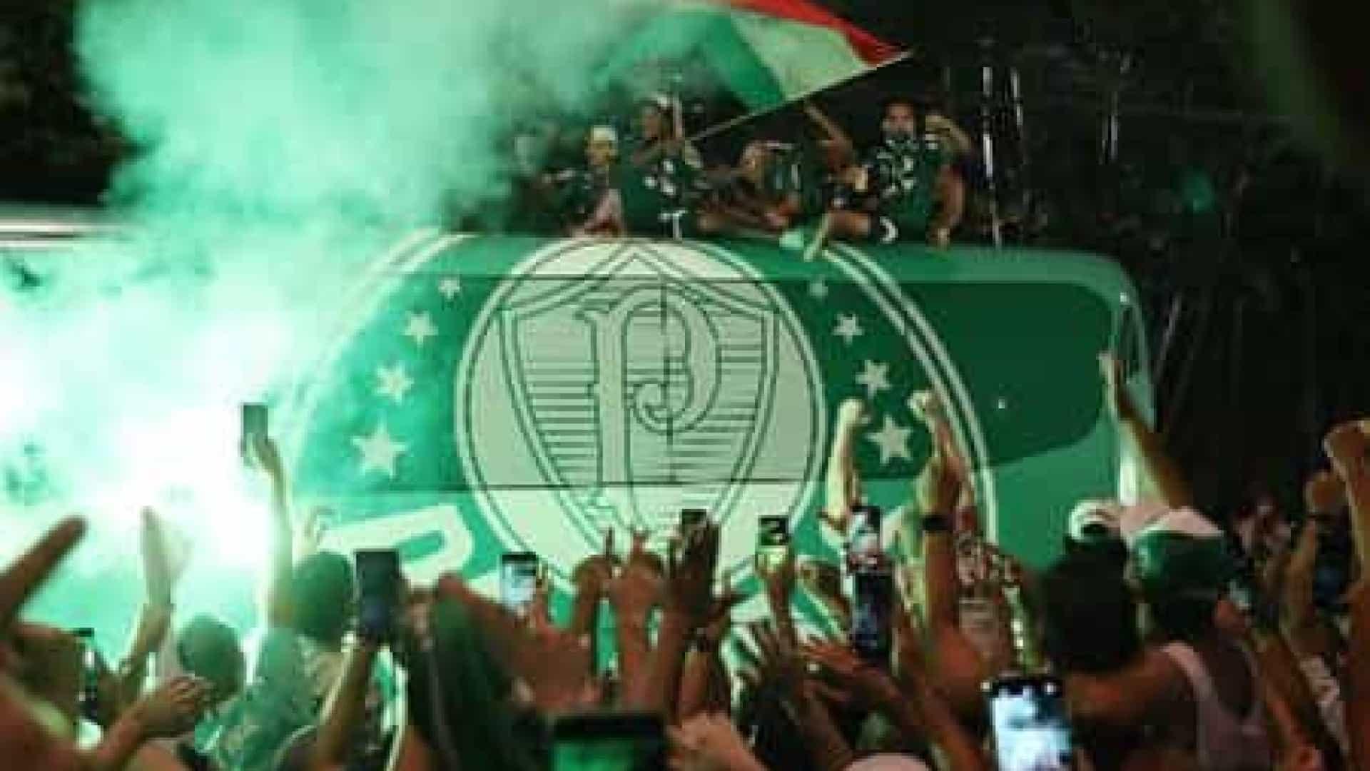 naom 6016b9ac4fdf7 - COMEMORAÇÃO! Com aglomeração, torcedores fazem festa para recepcionar o Palmeiras