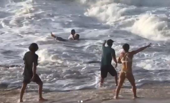 surfista - Surfista Mikey Wright salva banhista de afogamento em praia no Havaí - VEJA VÍDEO