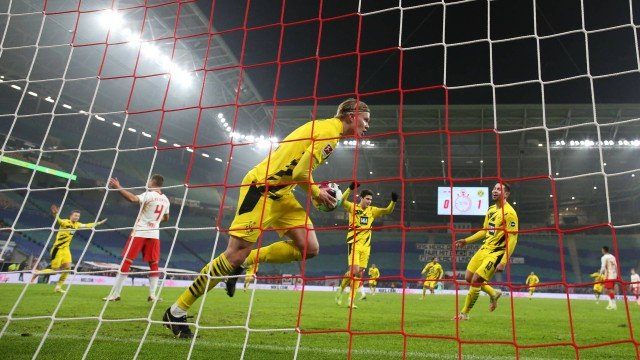x91132334 dortmund27s norwegian forward erling braut haaland c celebrates scoring his team27s second go.jpg.pagespeed.ic .p0hZ6hYY5Z - Cabeleireiros da Alemanha protestam contra cortes de cabelo dos jogadores durante o lockdown no país