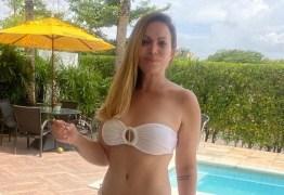 """Solange Almeida posa de biquíni e exalta corpo natural: """"Gordurinhas a mais? Sim, eu tenho"""""""