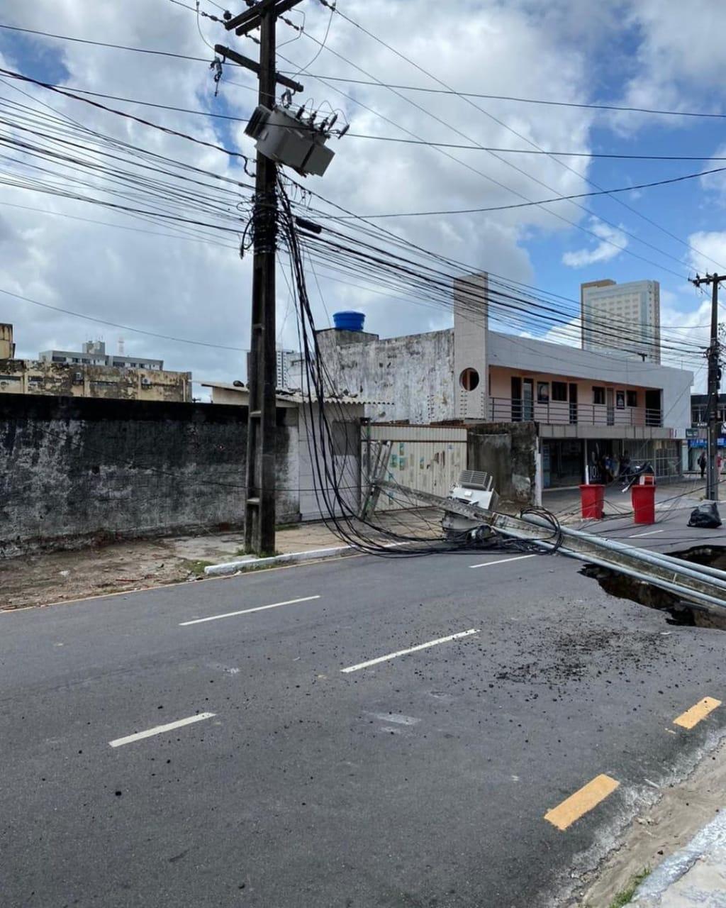WhatsApp Image 2021 02 13 at 13.01.47 - TRANSTORNO NO TRÂNSITO: Após chuvas, asfalto cede, cria cratera gigante e poste de eletricidade cai na via - VEJA VÍDEO