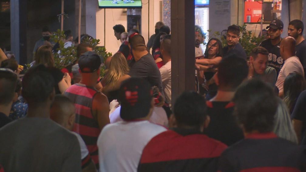 aglomeração 2 - Torcedores do Flamengo comemoram aglomerados e sem máscara - Veja fotos