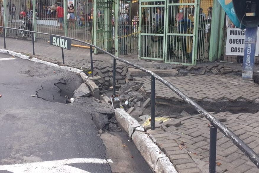 asfalto cedeu no terminal de integracao - FORTES CHUVAS EM JP: asfalto cede em dois pontos capital neste sábado