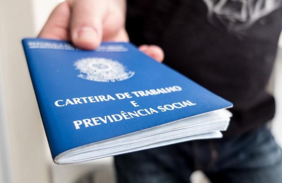 carteira de trabalho - Sine Paraíba oferece 100 vagas de emprego nesta semana
