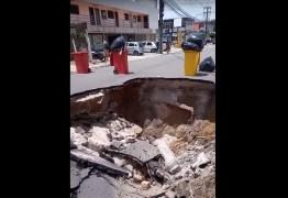 TRANSTORNO NO TRÂNSITO: Após chuvas, asfalto cede, cria cratera gigante e poste de eletricidade cai na via – VEJA VÍDEO