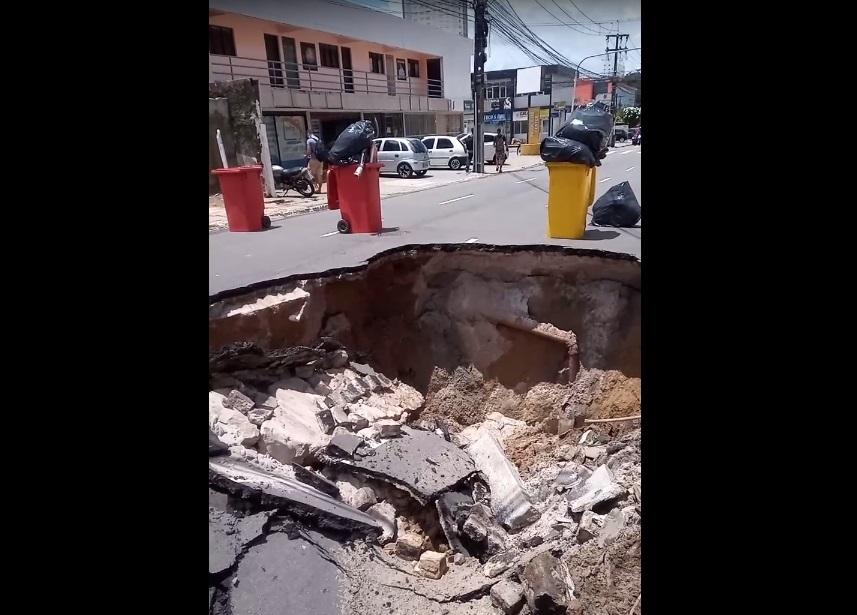 cratera 1 - TRANSTORNO NO TRÂNSITO: Após chuvas, asfalto cede, cria cratera gigante e poste de eletricidade cai na via - VEJA VÍDEO