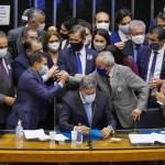 lira na mesa - Câmara deve votar PEC que muda regras da imunidade parlamentar e dificulta prisões nesta sexta (26); Veja detalhes do texto
