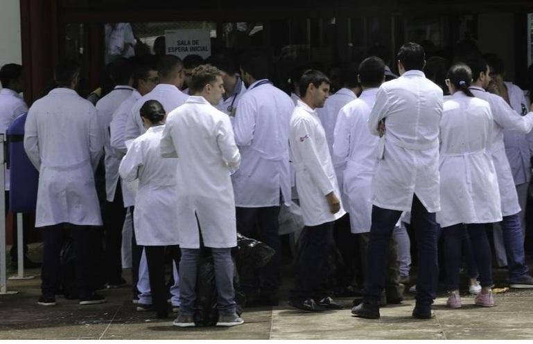 medicos2 1589022109 - CONDUTA QUESTIONADA: Médicos e cientistas protocolam pedido de impeachment de Bolsonaro