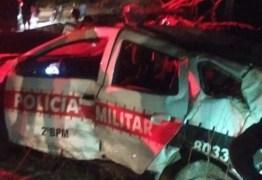 EM CAMPINA GRANDE: Policiais ficam feridos após viatura ser atingida por carro e capotar