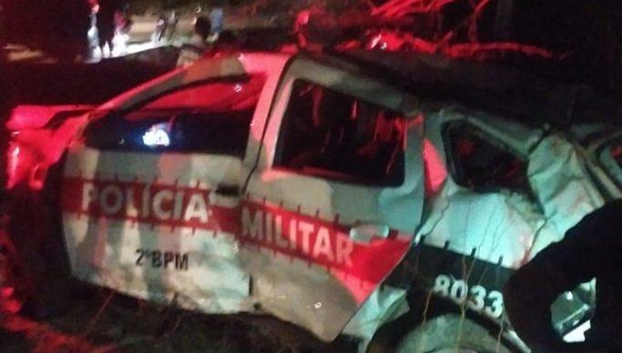 vi - EM CAMPINA GRANDE: Policiais ficam feridos após viatura ser atingida por carro e capotar