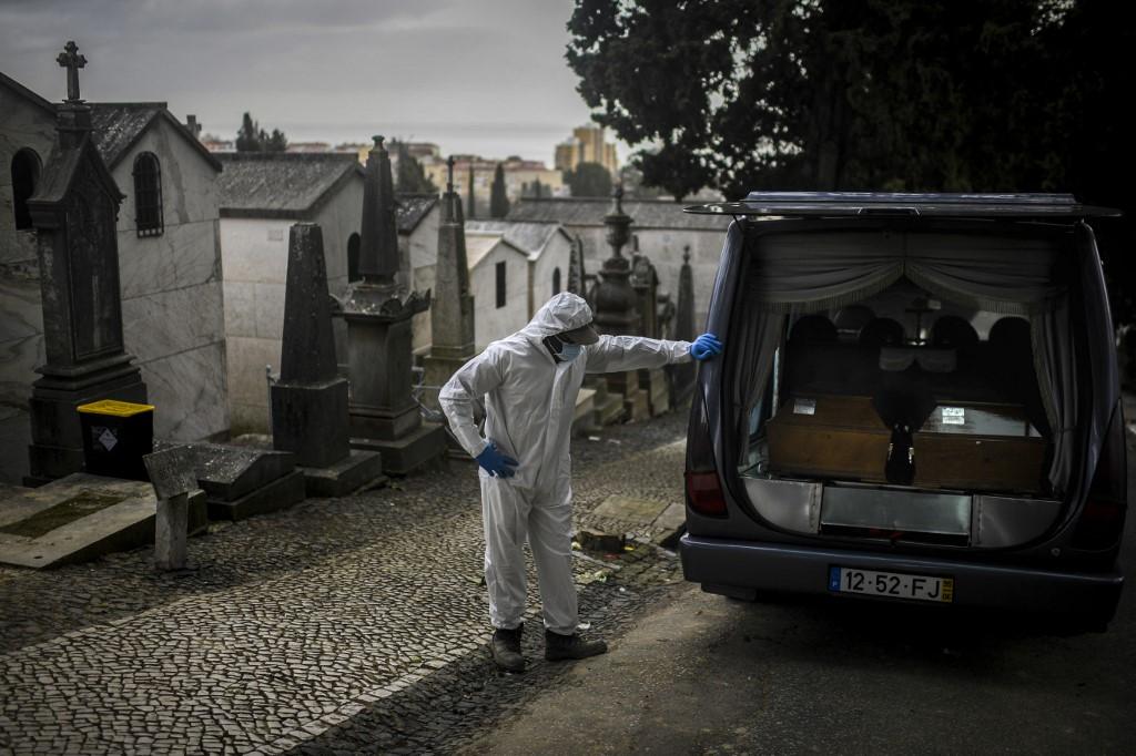 000 93b7gz - Brasil registra média recorde de mortes por covid-19 pelo 17º dia seguido