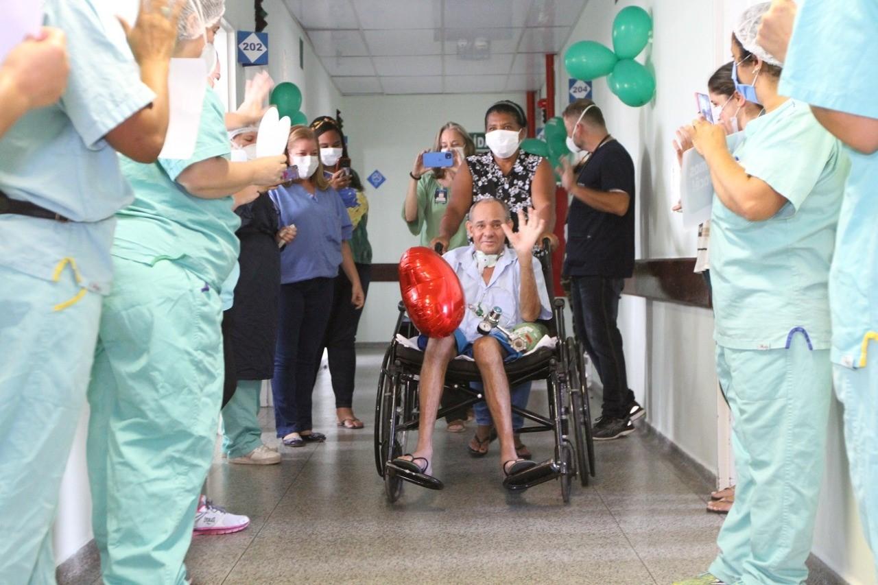 """155071209 4121017014609778 679550308007939371 o - 377 DIAS INTERNADO: Homem internado no início de 2020 recebe alta hospitalar e se surpreende: """"Mudou muita coisa no mundo"""""""