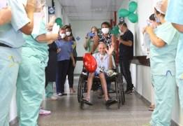 """377 DIAS INTERNADO: Homem internado no início de 2020 recebe alta hospitalar e se surpreende: """"Mudou muita coisa no mundo"""""""