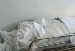 CRISE NA SAÚDE: Lotados, hospitais deixam corpos no chão e em corredores
