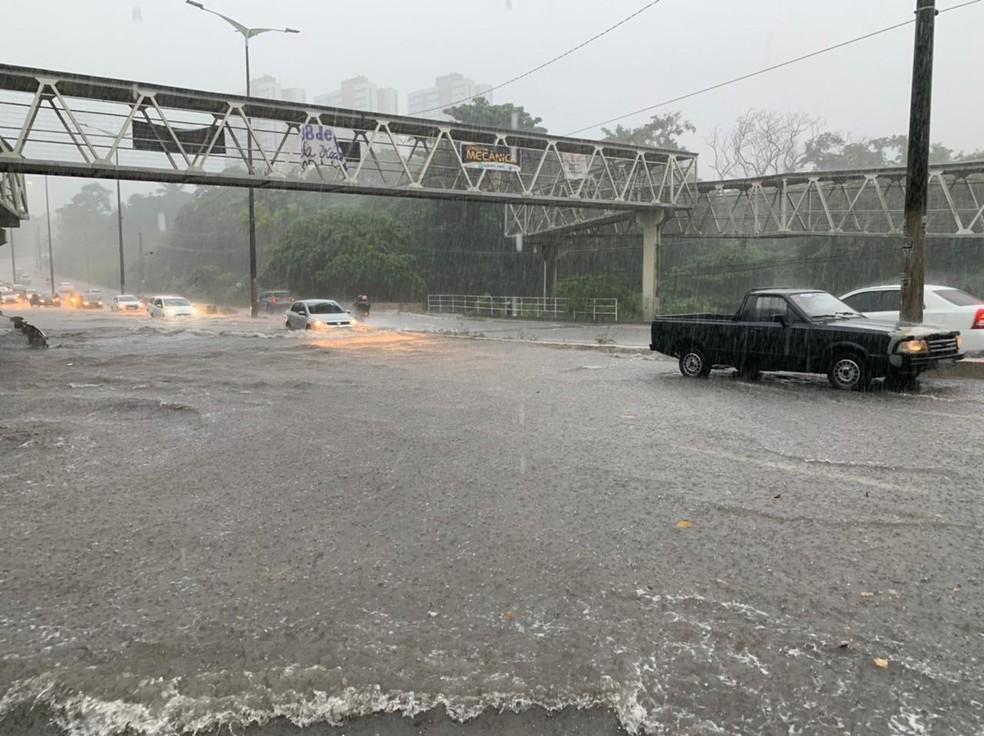 alagamento 2 - Fortes chuvas causam alagamentos em ruas de João Pessoa no início da manhã desta quinta (18) - VEJA LOCAIS