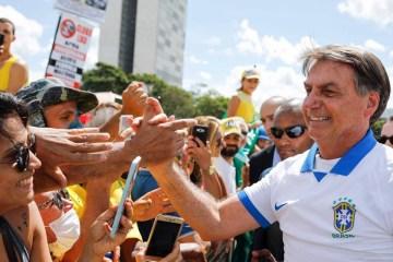 """jair bolsonaro aperta mao apoiadores brasilia - """"Reação do Governo tem sido uma desgraça para saúde pública"""", avalia epidemiologista de Harvard sobre o Brasil"""