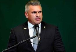 """""""Ele se apequena"""", diz Julian envergonhado após Bolsonaro pedir sua expulsão"""