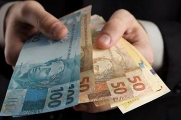 maxxos masculinas contando macxxo de dinheiro - Sem aumento acima da inflação, Governo propõe salário mínimo de R$ 1.147 em 2022