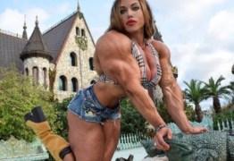 """Mulher com bíceps de 49 cm desabafa: """"Dizem que não é feminino ter um corpo musculoso"""" – VEJA FOTOS"""