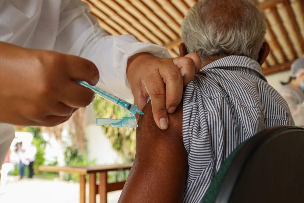 vacinacao idosos 2  - Idosos de 61 anos continuam a ser vacinados contra a Covid-19, em Campina Grande
