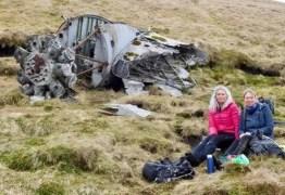 Durante caminhada, amigas acham partes de avião que 'caiu 73 anos atrás'