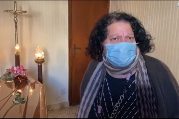 Mulher mantém corpo da mãe em casa há duas semanas por cemitério não ter lugar