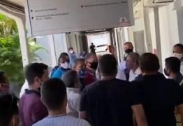 """Após ser chamado de """"vagabundo"""", Cícero Lucena parte para cima de construtor e determina prisão de manifestante no Centro administrativo – VEJA VÍDEO"""