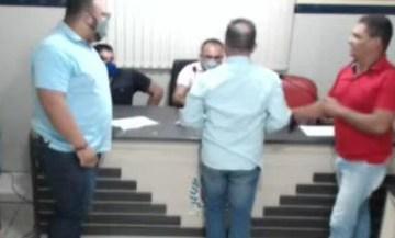 54545448 - CONFUSÃO E GRITARIA: durante sessão na Câmara Municipal de Tacima, vereador se altera, quebra objetos e parte para cima do presidente - VEJA VÍDEO
