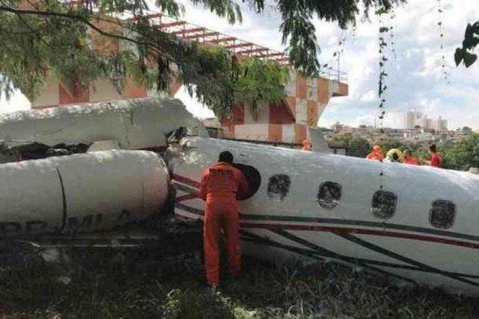 AVIAO QUEDA - TRAGÉDIA! Avião de pequeno porte sai de pista, e se parte ao meio; Corpo de Bombeiros realiza primeiros atendimentos