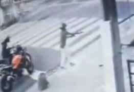 DISPAROS NA CABEÇA! Sargento da Polícia Militar é baleado durante assalto e sobrevive por causa de capacete – VEJA VÍDEO