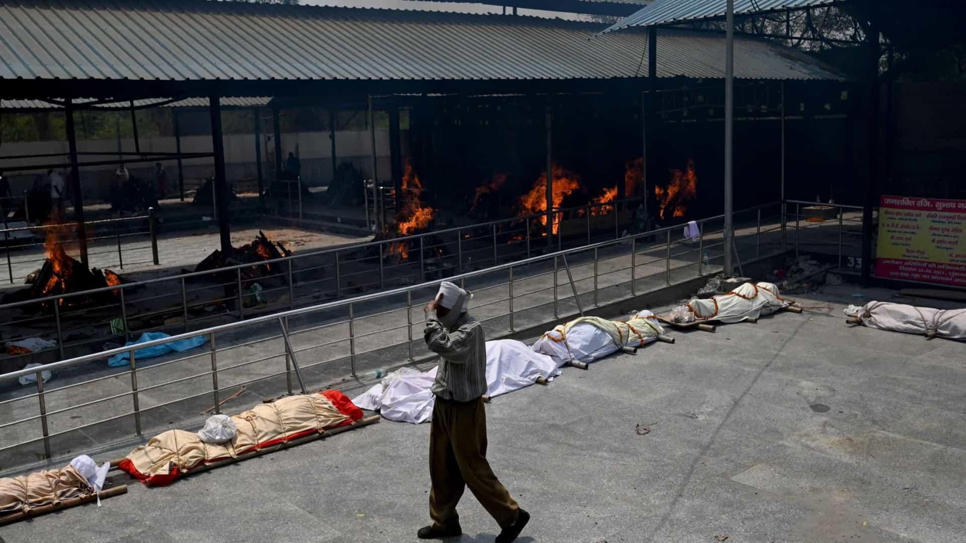 CREMADOS - Tragédia na Índia: pacientes morrem por falta de oxigênio e mortos são cremados ao ar livre - VEJA IMAGENS