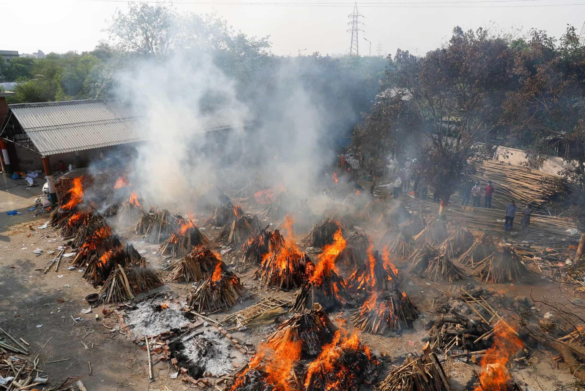 VITIMAS - Tragédia na Índia: pacientes morrem por falta de oxigênio e mortos são cremados ao ar livre - VEJA IMAGENS
