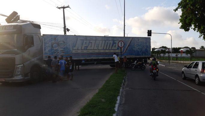 WhatsApp Image 2021 04 13 at 16.40.16 683x388 1 - Carreta derruba muro e bloqueia trânsito perto do Viaduto do Cristo