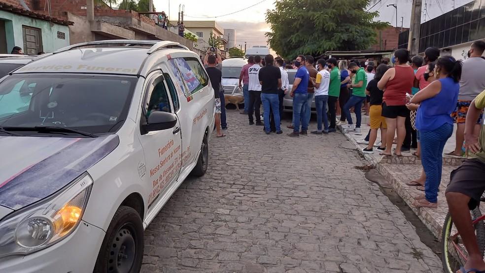 carr 1 - SOB FORTE COMOÇÃO: corpo de Patrícia Roberta é enterrado em Caruaru