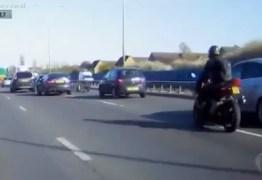 Carro bate em moto de luxo, motorista tenta fugir e acaba cercado na estrada; VEJA VÍDEO