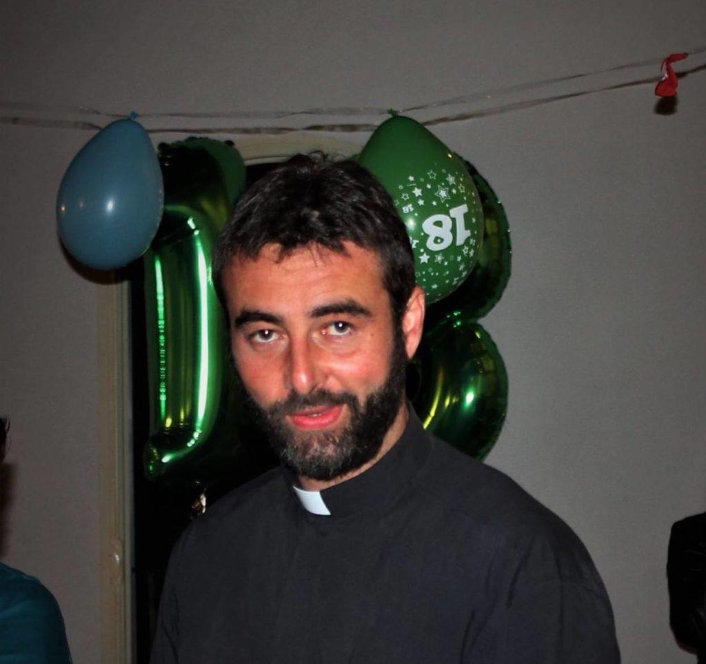"""don riccardo ceccobelli - No meio da missa, padre anuncia que está apaixonado por uma mulher e revela: """"Meu coração se apaixonou"""""""
