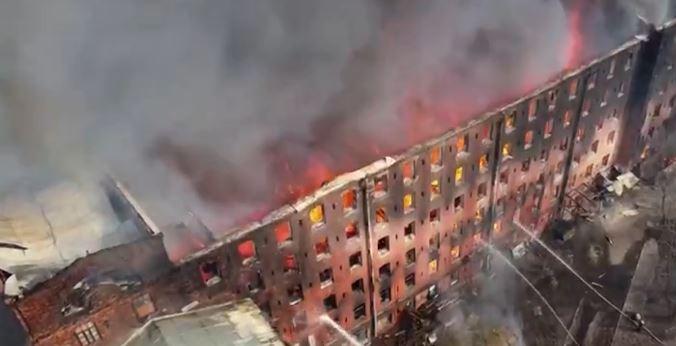incc - Bombeiro morre em incêndio que atingiu prédio histórico de São Petersburgo, na Rússia