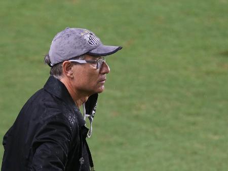 o tecnico ariel holan do santos em partida contra o barcelona de guayaquil do equador pela copa libertadores 2021 1618961226025 v2 450x337 - Técnico Ariel Holan pede demissão do Santos