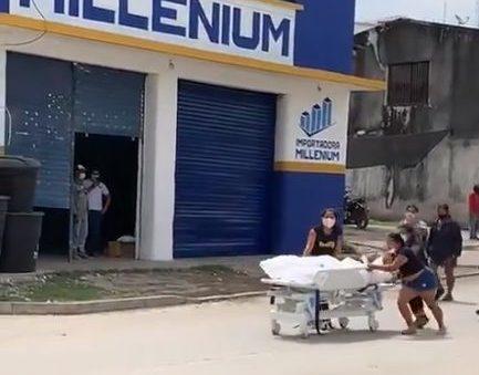 parente morto colombia e1618087766866 - Familiares quebram porta de hospital e levam corpo de parente morto por Covid-19 até cemitério - VEJA VÍDEO