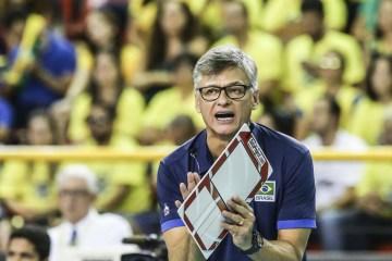 Renan, técnico da seleção brasileira de vôlei, testa positivo para a covid-19