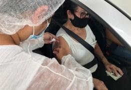 Vacinação contra a Covid-19 para idosos de 61 anos acontece em drive-thru, em Campina Grande