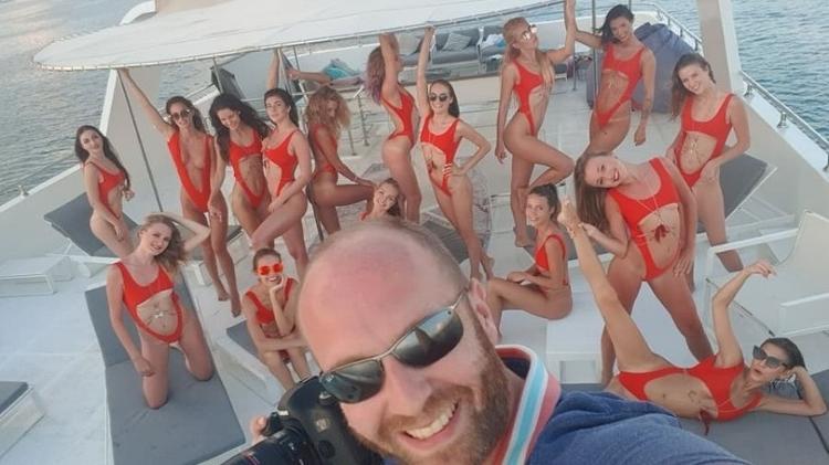 vitaliy grechin em hiate de luxo com modelos 1619803085623 v2 750x421 - Empresário diz que se arrepende de ensaio com mulheres nuas: 'Foi impulso' - VEJA VÍDEO