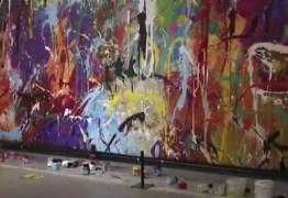 Casal danifica pintura de R$ 2,8 milhões ao pensar ser 'obra participativa' – VEJA VÍDEO