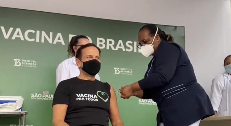 42fa85f0 af6e 11eb 9337 ec16f2f1038d - Doria é vacinado em São Paulo por 1ª brasileira a ser vacinada, Monica Calazans