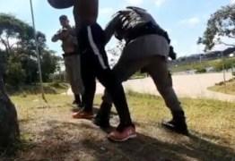 REVOLTANTE! PM faz abordagem truculenta, aponta arma e manda algemar youtuber negro que andava de bicicleta em parque – VEJA VÍDEO