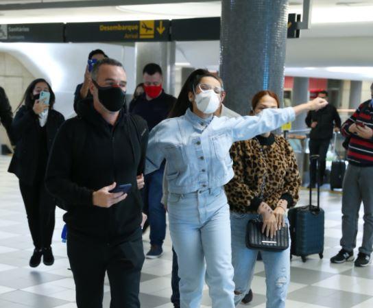 Capturar.JPGUJJ - ESBANJANDO CARISMA: Juliette faz festa em passagem relâmpago pelo saguão de aeroporto em SP - VEJA VÍDEO