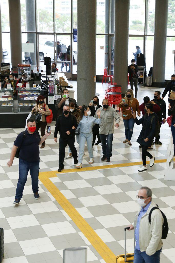 IMG 1761 683x1024 1 - ESBANJANDO CARISMA: Juliette faz festa em passagem relâmpago pelo saguão de aeroporto em SP - VEJA VÍDEO