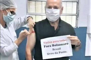 """Padre de Lagoa Seca viraliza ao fazer protesto durante vacina: """"Fora Bolsonaro, Brasil livre da peste"""""""