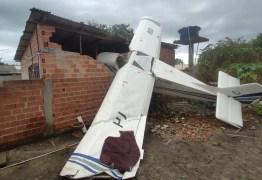 Avião de pequeno porte cai sobre casa e piloto de 77 anos sobrevive sem ferimentos graves, diz PM